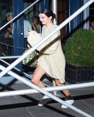 outfit con abrigo oversized blanco largo