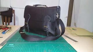 tas messenger kulit warna hitam