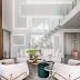 Sala com decor neutro e contemporâneo + pé direito duplo com painéis de laca iluminados!