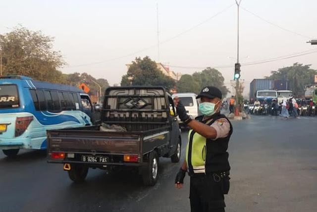 Jam Rawan Macet, Personil Polsek Cikarang Barat Siaga Di Jalanan