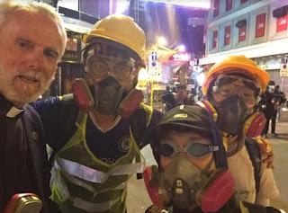 قسس امريكيون يواجهون الغاز المسيل للدموع في هونج كونج خلال دعمهم للمتظاهرين المؤيدين للديمقراطية