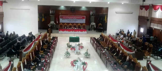Ketua DPRD Maluku Edwin Adrian Huwae melantik Asri Arman sebagai anggota DPRD Pengganti Antar Waktu (PAW) sisa periode 2014-2019 dalam rapat paripurna istimewa dewan menggantikan Matheis Gasperz Puttileihalat (48) yang tutup usia pada 8 Desember 2017.