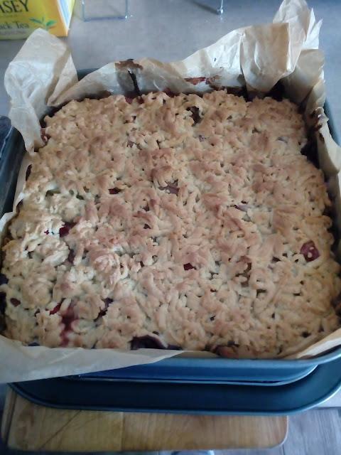 kruche ciasto z budyniem i rabarbarem ciasto z kruszonka ciasto kruche z owocami ciasto z dzemem