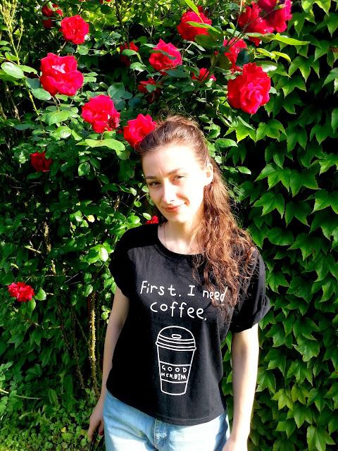czarna koszulka z kawa