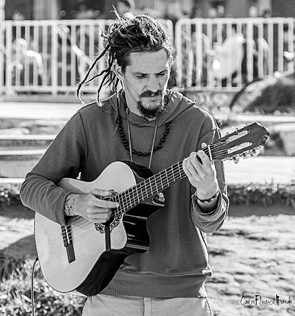 Retrato en ByN de músico tocando la guitarra.