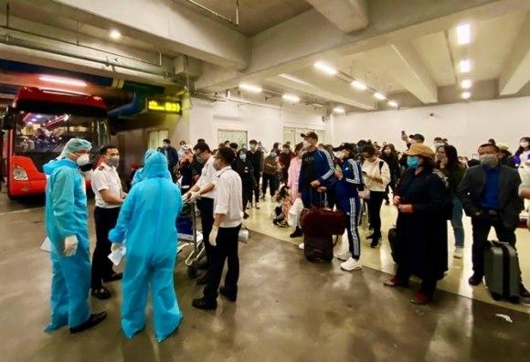 Số người phải kiểm tra y tế tại sân bay Nội Bài về từ vùng dịch tăng mạnh