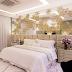 Quarto com cabeceira estendida e parede espelhada com mosaicos de madeira sobrepostos!