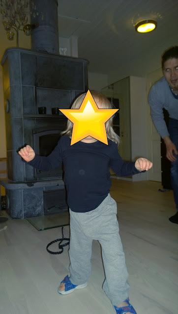 Saippuakuplia olohuoneessa- blogi, kuva Hanna Poikkilehto, taapero, lapsi, ensiaskeleet, kehitys,