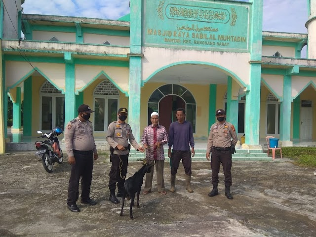 Polsek Rangsang Barat Serahkan Hewan Qurban ke Pengurus Masjid Raya Sabilal Muhtadin: