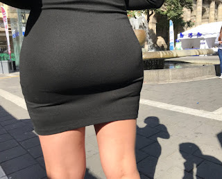Bella mujer buenas nalgas vestido ajustado