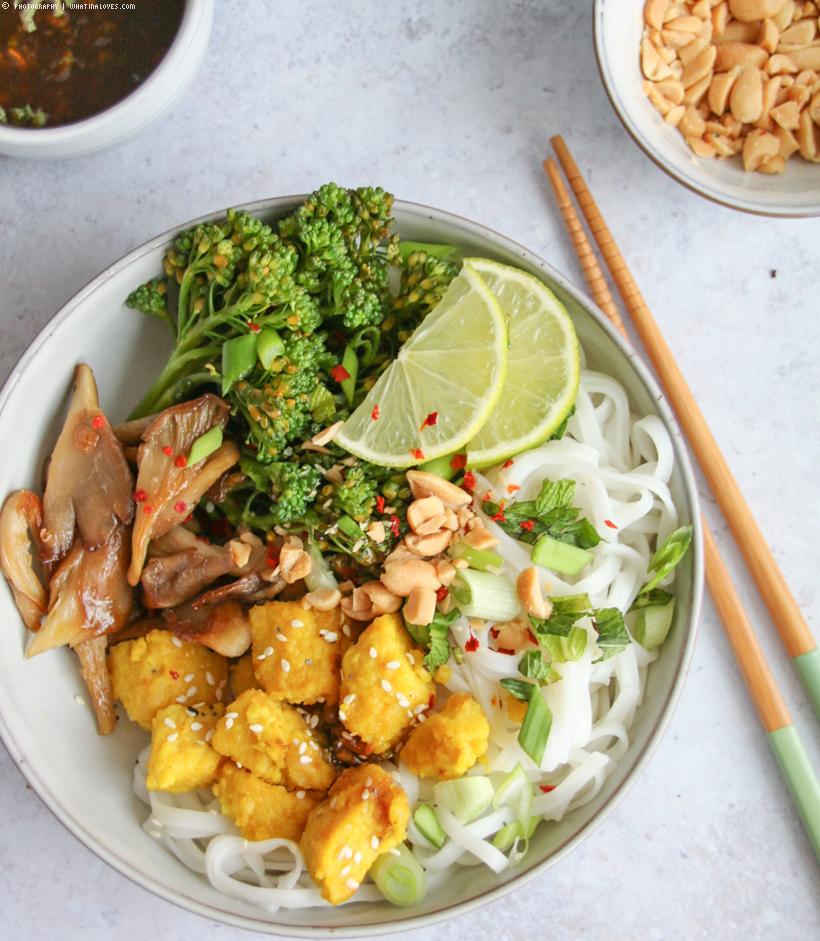 Reisnudel-Bowl mit Kofu & Thai-Basilikum-Soße