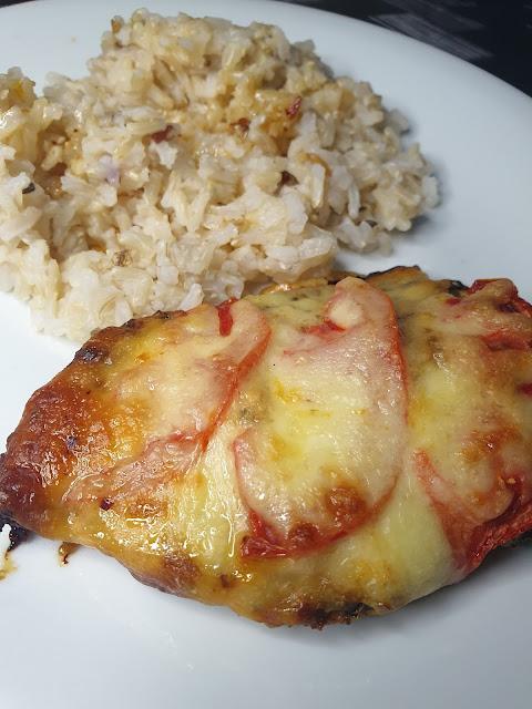 Filety z kurczaka zapiekane z pomidorem i serem mozzarella