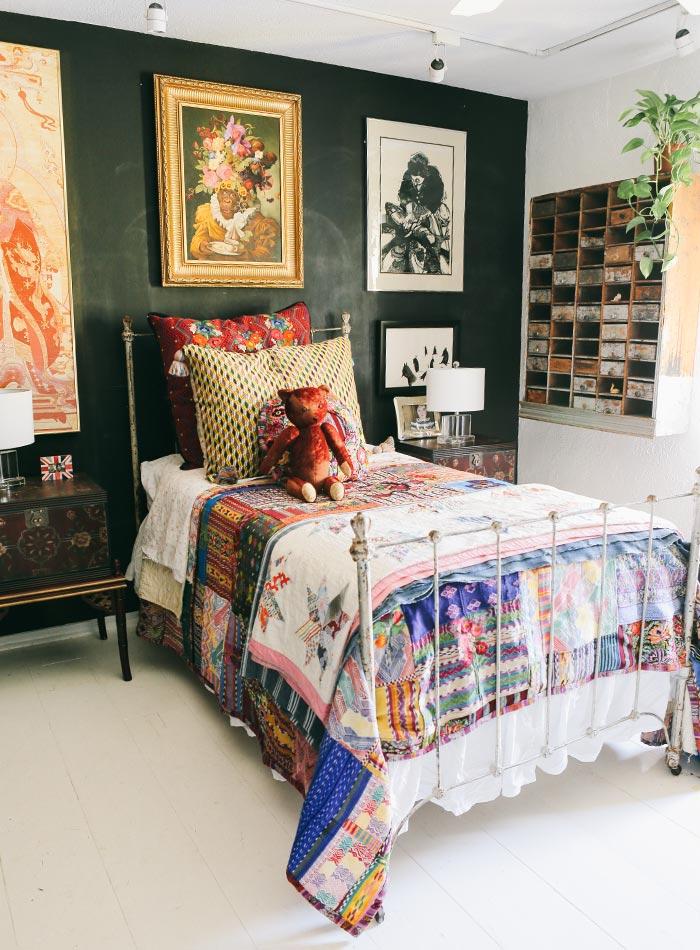 Pared negra en una casa de estilo Boho- Vintage