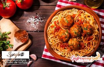 Spaghetti con albóndigas y salsa de tomate