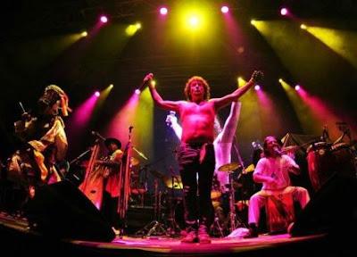 Foto de La Sarita cantando en concierto