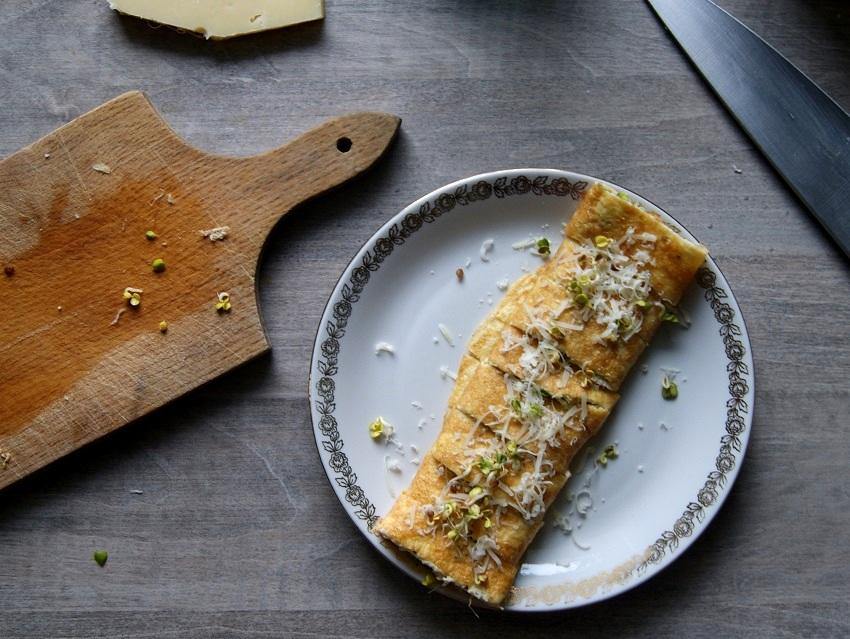 Omlet posypany kielkami i serem