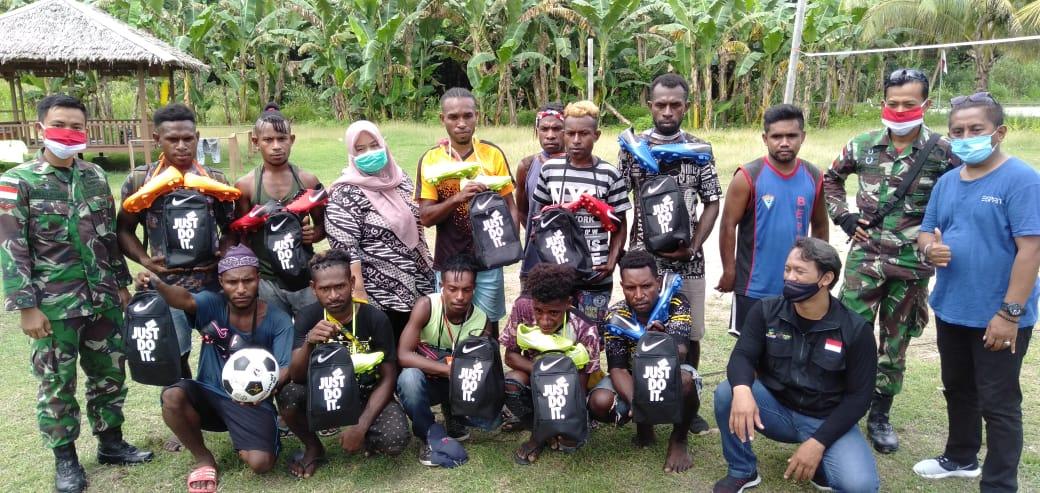 Satgas Yonif MR 413 Kostrad  Bagikan Sepatu Bola Kepada Pemuda Papua