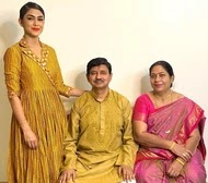mrunal thakur with her parents