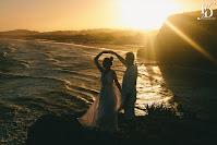ensaio pré-wedding trash the dress realizado na praia da guarita em torres no litoral gaúcho com um belíssimo por-do-sol emoldurando as falésias da praia com fernanda dutra cerimonialista em porto alegre