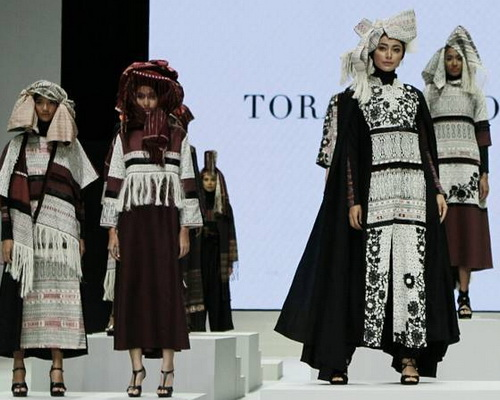 Tinuku.com Torang Sitorus bring Ulos Passamot fabric collection of Batak to Indonesia Fashion Week 2017