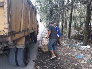 Dinas Lingkungan Hidup Seser Sampah Bersihkan Jalan perintis