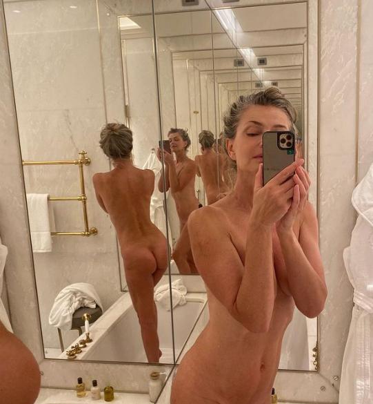 Paulina in naked selfie