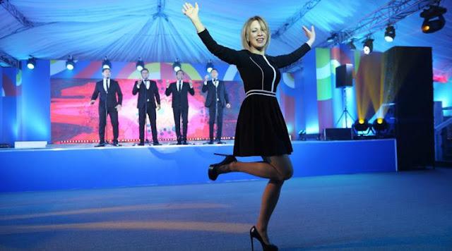 Η ξανθιά καλλονή εκπρόσωπος του ρωσικού ΥΠΕΞ χορεύει την «Καλίνκα»! (Video)