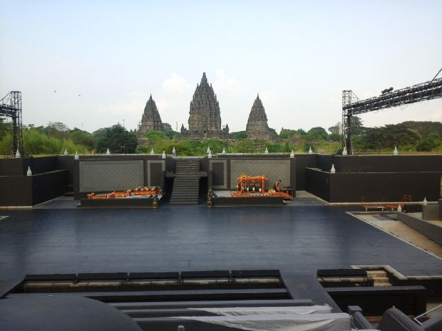 Gambar 1. Panggung Terbuka Ramayana Ballet Prambanan (Ramayana Open Air Stage) di waktu siang hari