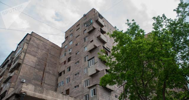 Мужчина выбросил двоих детей с 9-го этажа, а потом и сам выбросился!