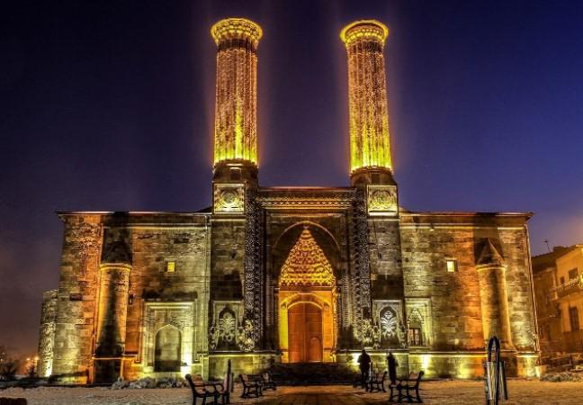 doğu anadoluda gezilecek yerler çifte minareli medrese