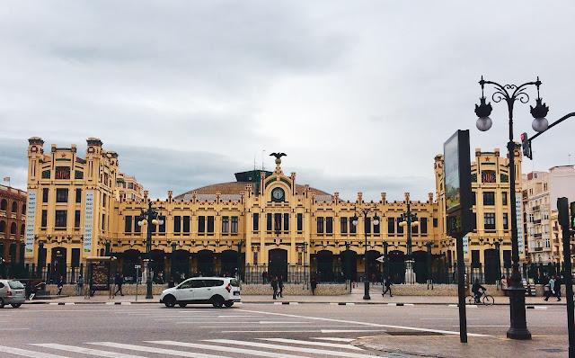 Facciata frontale della stazione ferroviaria Estación del Norte a Valencia