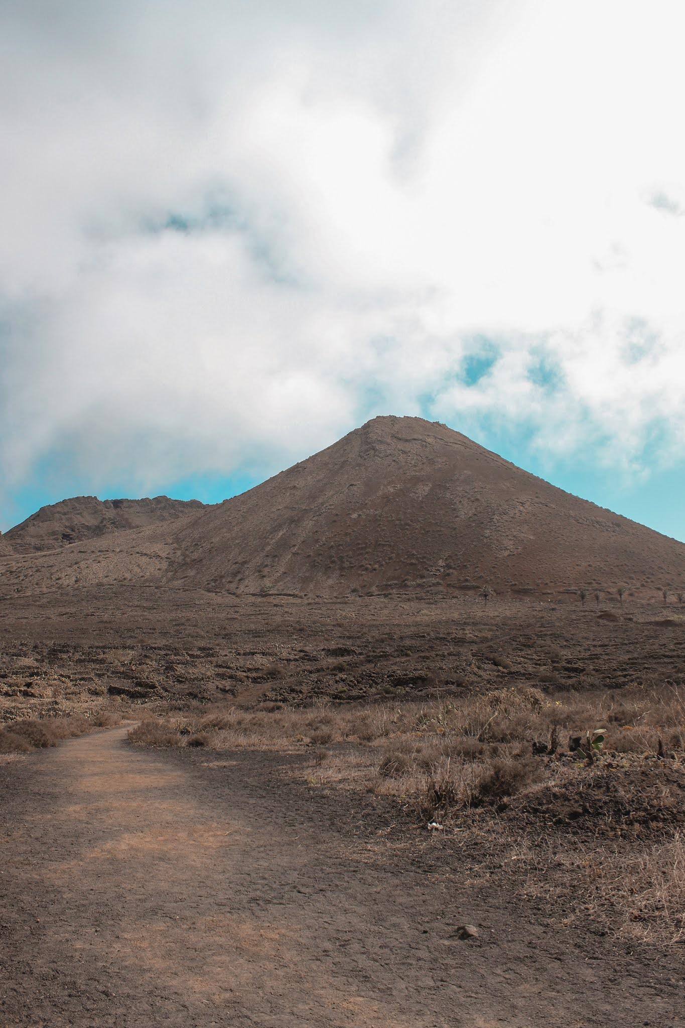 qué-ver-en-lanzarote-volcán-de-la-corona-ruta-trekking-volcanes