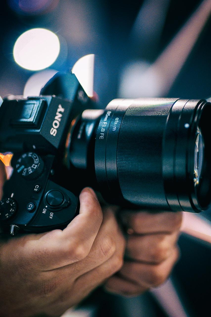 Объектив Tokina ATX-M 85mm f/1.8 FE в руках