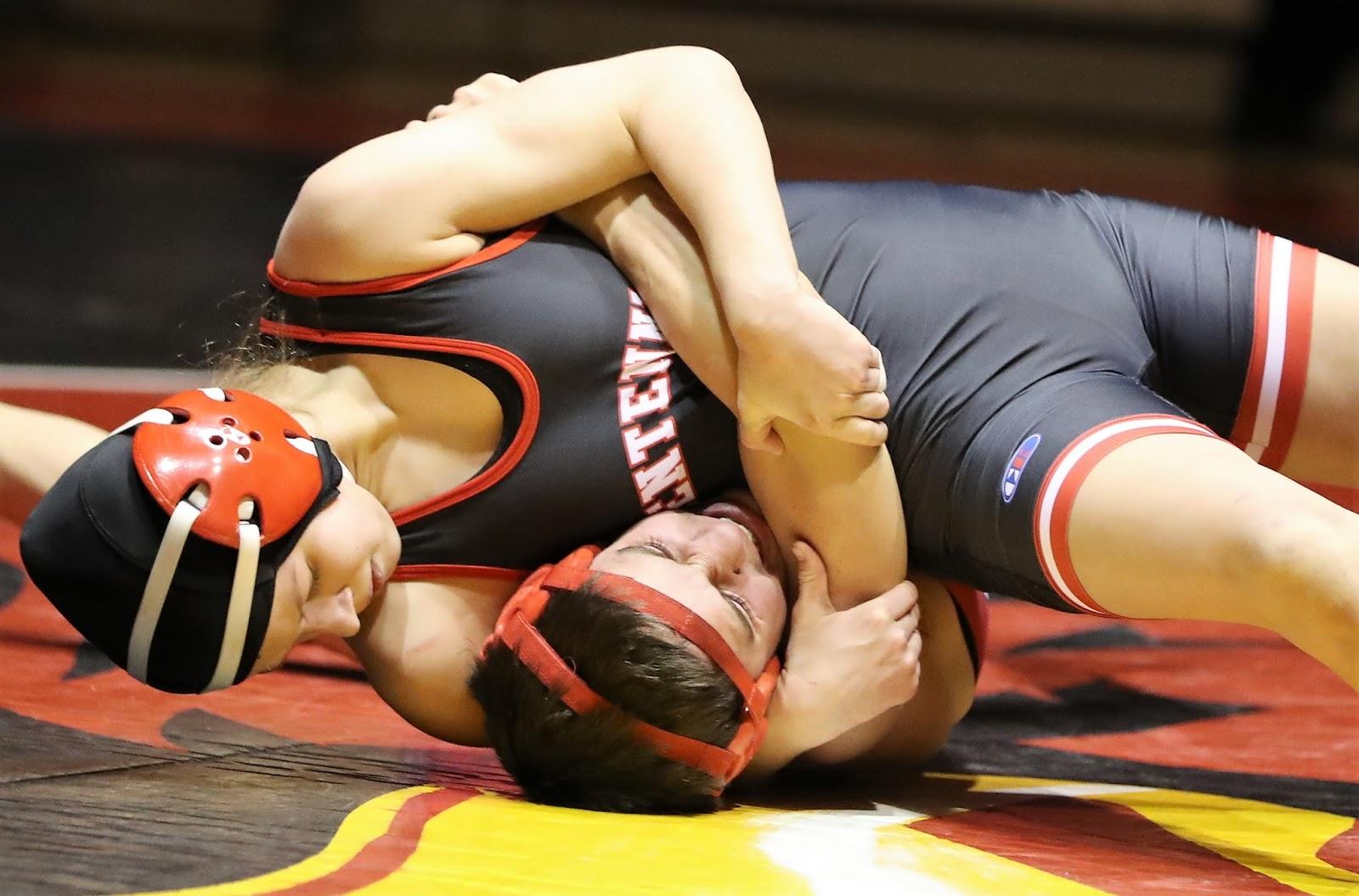 women-wrestling-cheating