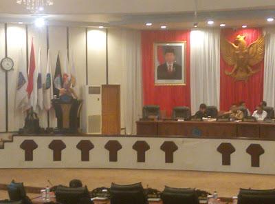 Sekretaris DPRD Bartolomeus Mononutu saat membacakan Rollig AKD Fraksi Golkar.