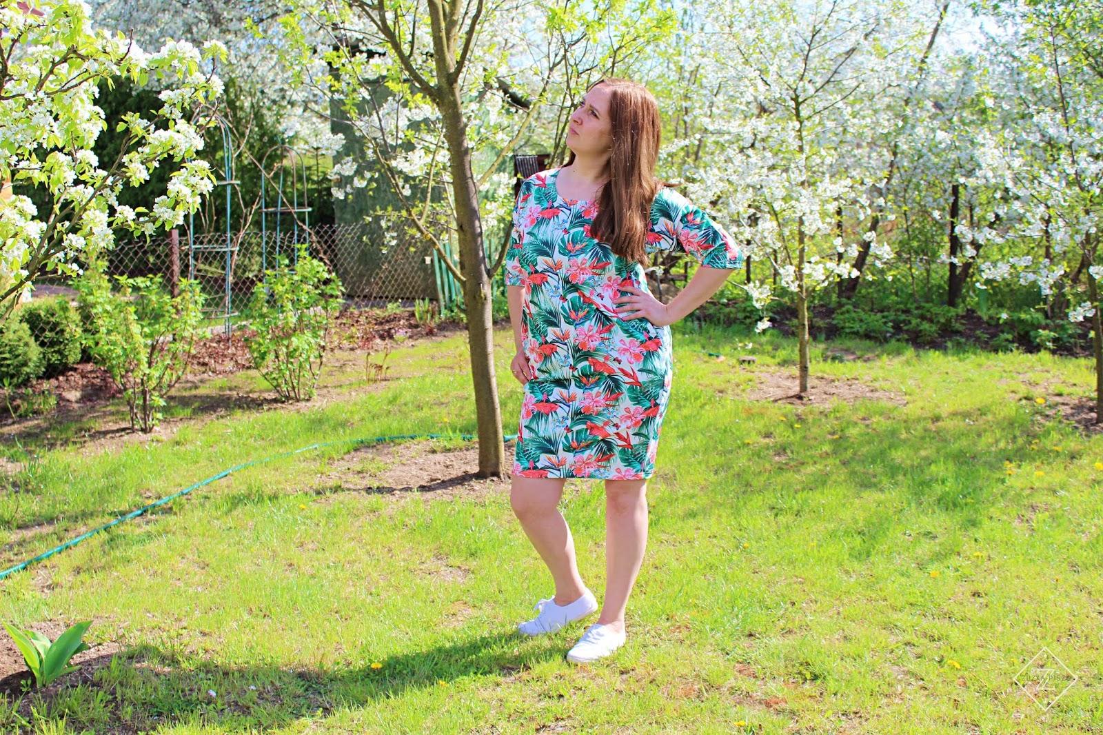 Sukienka tuba dzianinowa ANISA ecru w tropikalne kwiaty - GRANDIO.pl