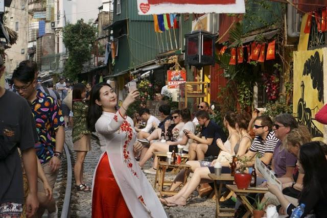 Railway street - Spontaneous tourist attraction in Hanoi