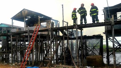 Com madeiras doadas pelo ICMBio, moradores reclamam da demora para reconstrução das casas atingidas por incêndio na Vila Nova, em Itaituba