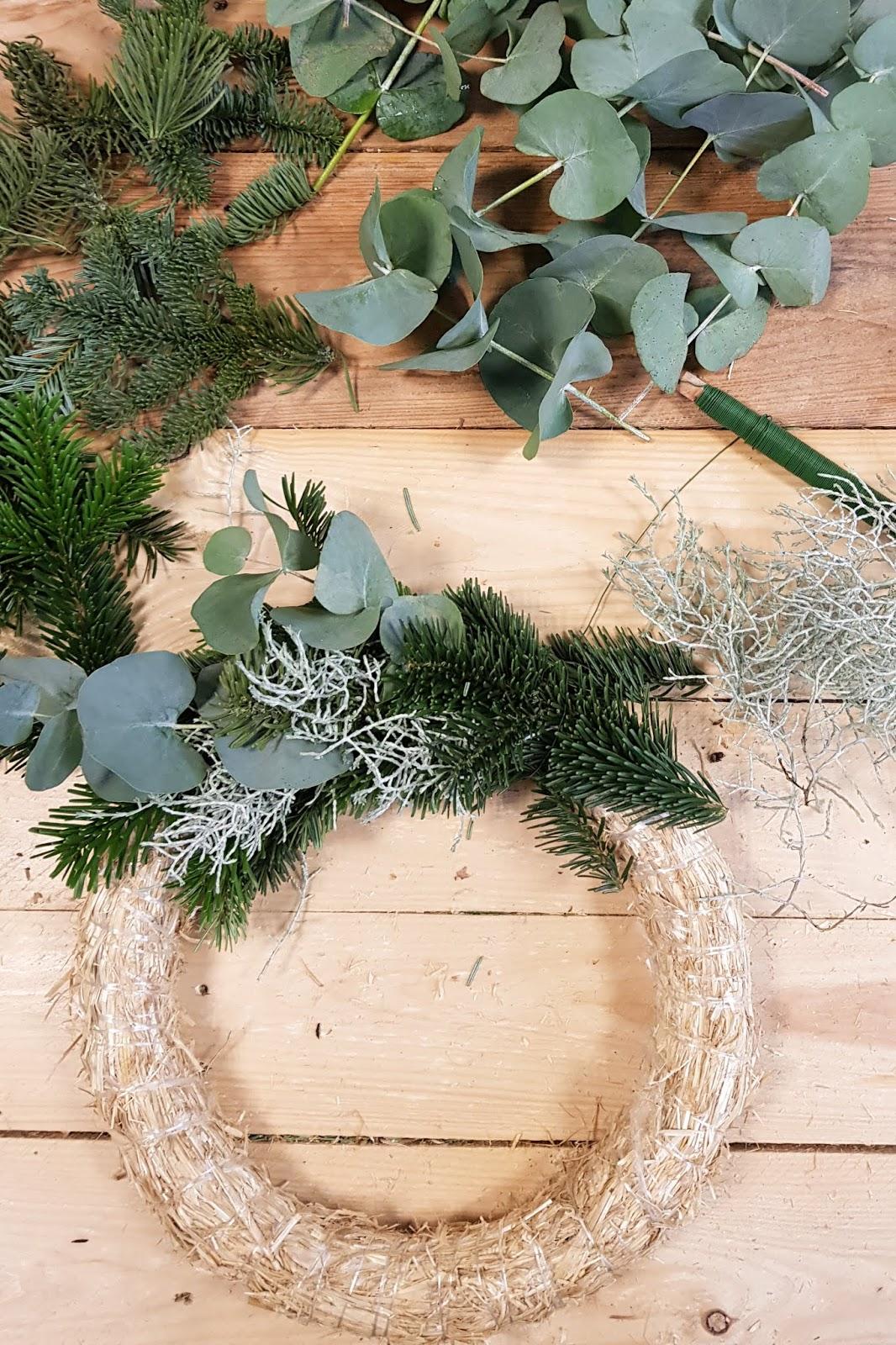 DIY Adventskranz Ideen selbermachen. Advent Kranz Kränze Eukalyptus Nordmanntanne Stacheldraht Edeltanne einfach binden- Anleitung und Schritt-für-Schritt erklärt