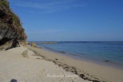 Siang hari yang tenang di Pantai Gunung Payung - Backpacker Manyar