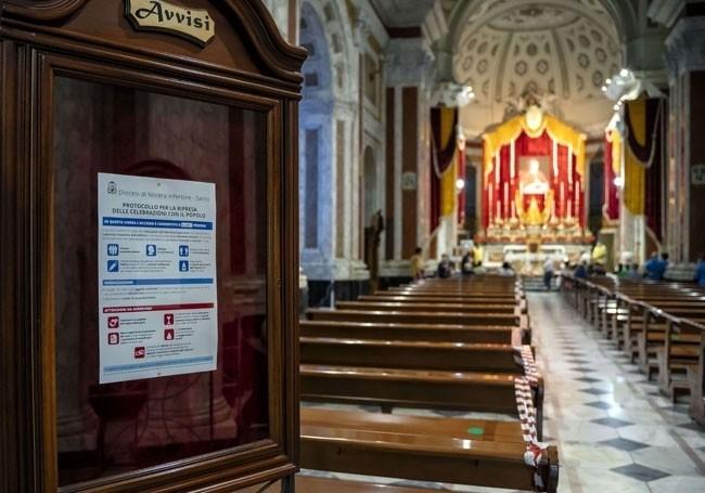 """""""C'est leur maison...!"""" : un curé italien transforme son église en dortoir pour migrants"""