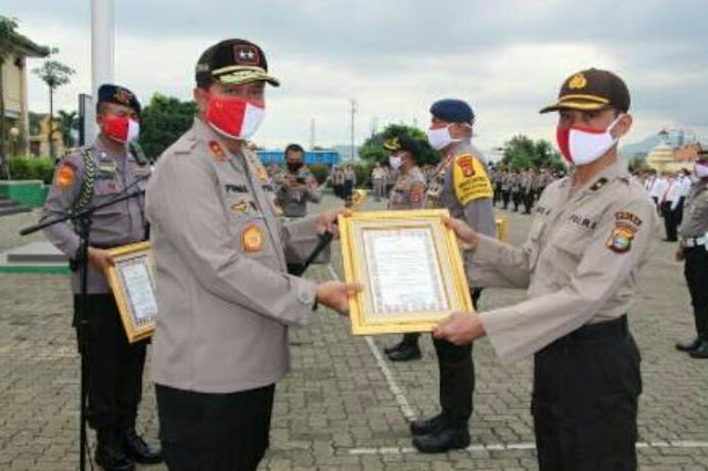 Kapolda Lampung Berikan Penghargaan Kepada Personel Polda Lampung dan Jajaran yang Berprestasi