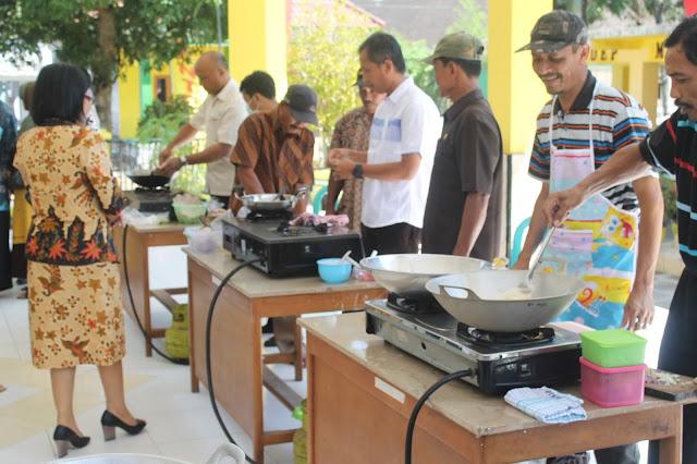 MENGINGAT KEMBALI : Kab. Pati Ramaikan Kemerdekaan Indosesai Dengan Lomba Membuat Nasi Goreng Dikomlek. Antusias war.. ....