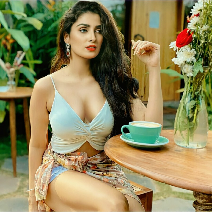 Hot and Sexy Ayeza Khan Pictures 11