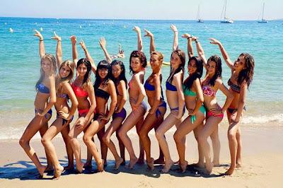 Grupo de chicas en bikini en la playe