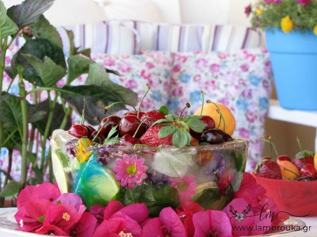 Φτιάξε ένα παγωμένο μπολ με λουλούδια για τα φτούτα ή το παγωτό.