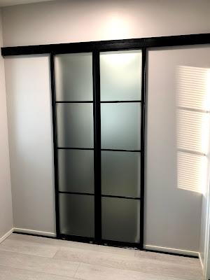 liukuovi, barndoors, sliding barndoor, mustakehyksiset ovet, ruudukko ovet, ruudukko liukuovet, lasiliukuovi, glassdoor, lasitehdas, suomen lasitehdas, musta liukuovi