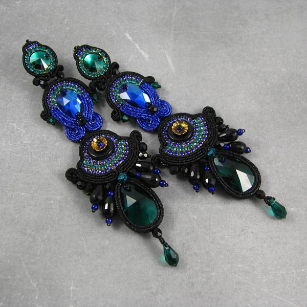 """Wieczorowe, czarne kolczyki z sutaszu """"Aztec Treasure""""."""