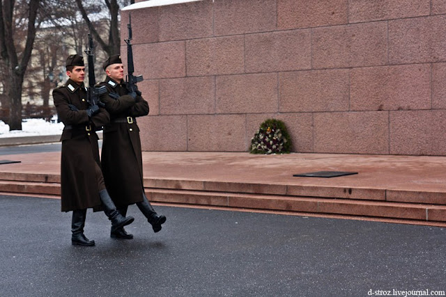 Февраль 2012 года. Караул у монумента Свободы