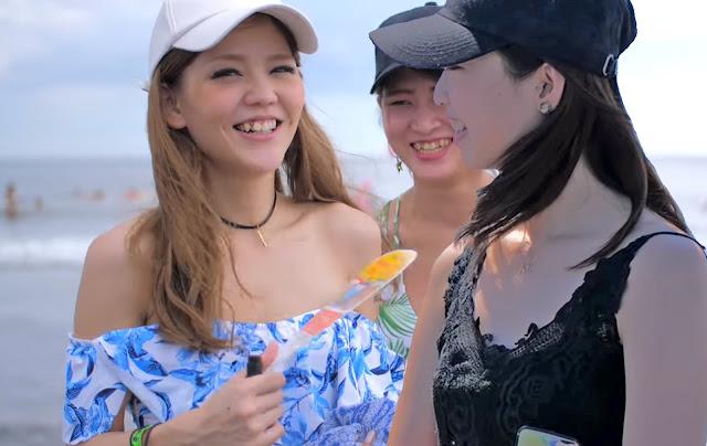 Японские школьницы общаются на море [фотоколлаж автора]